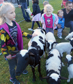 children-at-petting-zoo-event